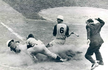 Crosley Field, Cincinnati, OH, June 9, 1962 – Reds Frank Robinson steals home in 5-1 win over the Philadelphia Phillies