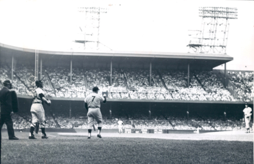 Tigers Stadium, Detroit, MI, September 17, 1961 – An angry Mickey Mantle has words for Tigers ace Jim Bunning